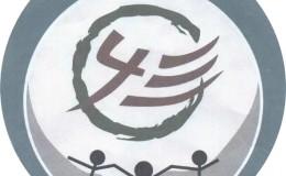 高一年级430班卡通人物手拉手蓝色圆形班徽设计